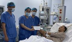 Thăm hỏi, tặng quà bệnh nhân ghép gan nhân ngày viêm gan thế giới